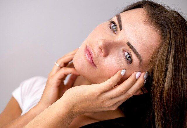 mujer con ojos verdes